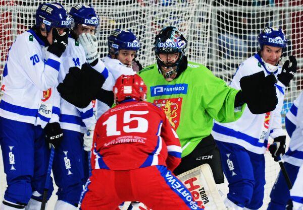 Игрок сборной России Алан Джусоев и вратарь сборной Финляндии Киммо Кюллёнен (в центре слева направо)