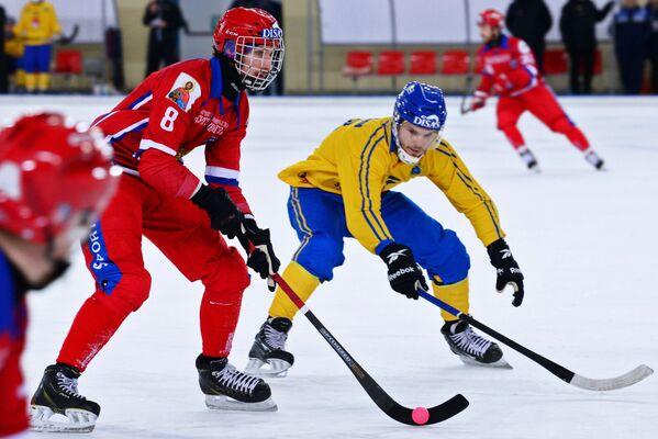 Игрок сборной России по хоккею с мячом Максим Ишкельдин (справа)