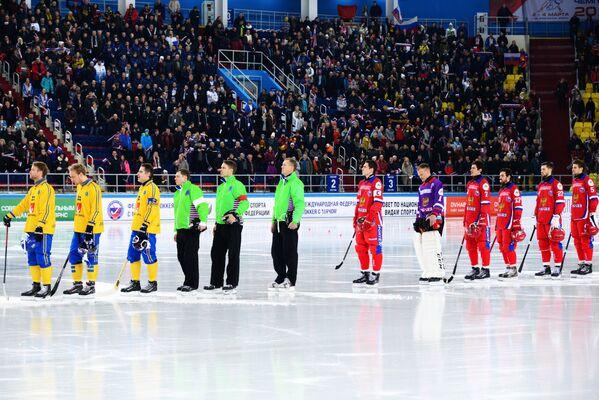 Игроки сборных Швеции и России по хоккею с мячом