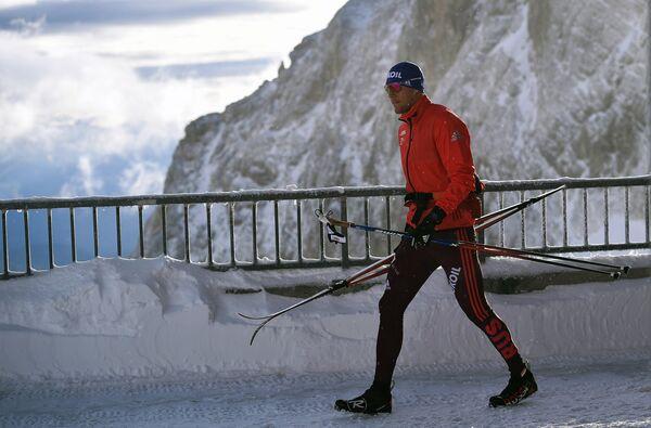 Российский лыжник Александр Панжинский на тренировке