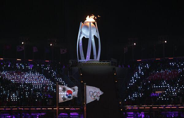 Зажжение олимпийского огня во время церемонии открытия зимних Олимпийских игр в Пхенчхане