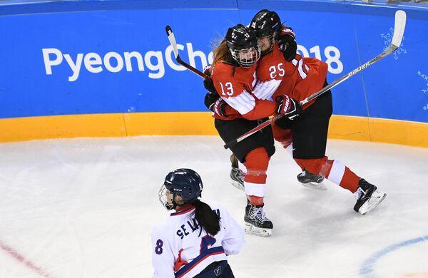 Хоккеистки сборной Швейцарии радуются заброшенной шайбе