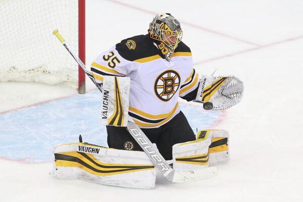 Вратарь клуба НХЛ Бостон Брюинз Антон Худобин