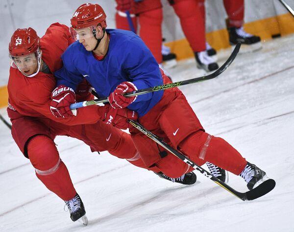 Российские хоккеисты Алексей Марченко и Александр Барабанов (справа)