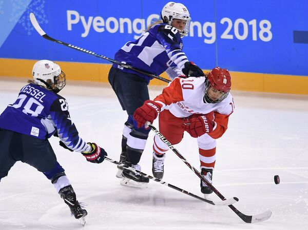Российская хоккеистка Людмила Белякова (справа) в матче против США
