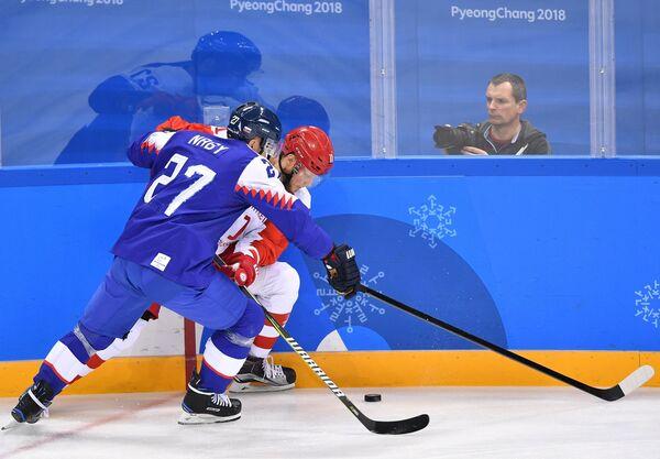Российский хоккеист Сергей Андронов (справа) и форвард сборной Словакии Ладислав Надь