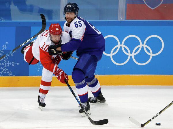 Форвард сборной России Сергей Мозякин (слева) и нападающий сборной Словакии Томаш Марцинко