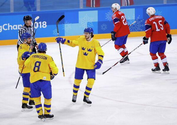 Хоккеисты сборной Швеции (слева)