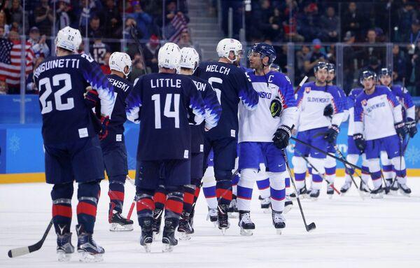 Хоккеисты сборных США (слева) и Словакии после матча