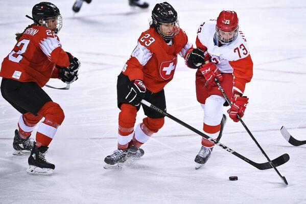 Российская хоккеистка Екатерина Николаева (справа)