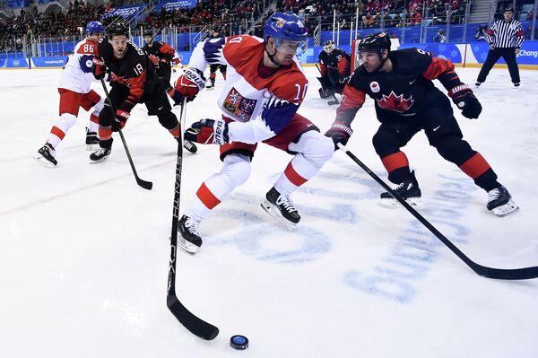 Нападающий сборной Чехии по хоккею Роман Червенка (в центре)