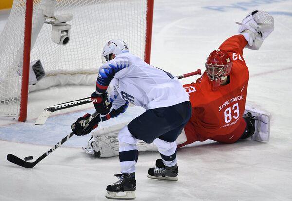 Форвард сборной США Брайан Джионта (слева) и вратарь сборной России Василий Кошечкин