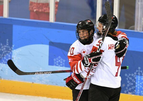 Канадские хоккеистки Блейр Тернбулл (слева) и Дженифер Вейкфилд радуются заброшенной шайбе