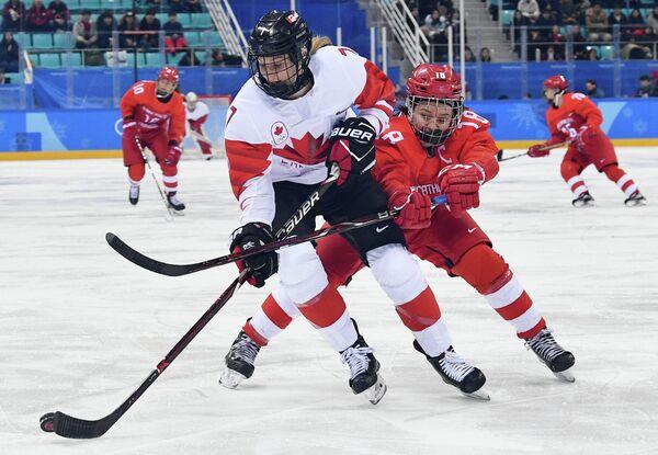 Хоккеистка сборной Канады Лора Стейси и российская хоккеистка Ольга Сосина (слева направо)