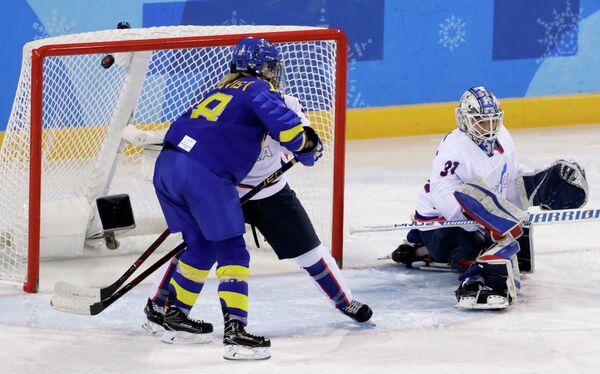 Игровой момент матча женских хоккейных сборных Швеции и Кореи