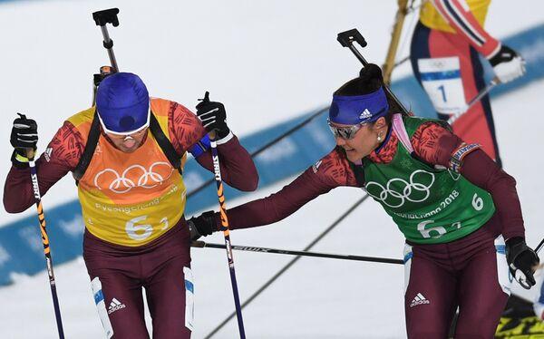 Российские биатлонисты Антон Бабиков (слева) и Татьяна Акимова