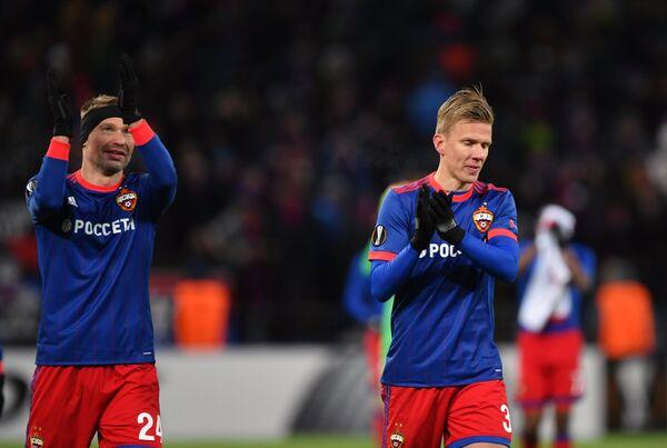 Футболисты ЦСКА Василий Березуцкий (слева) и Понтус Вернблум радуются победе
