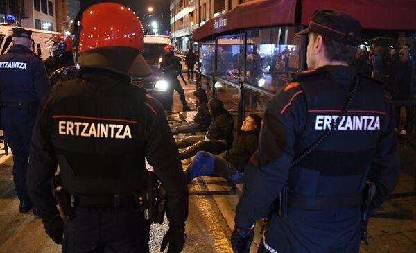 Болельщики, задержанные полицией перед матчем Атлетик - Спартак