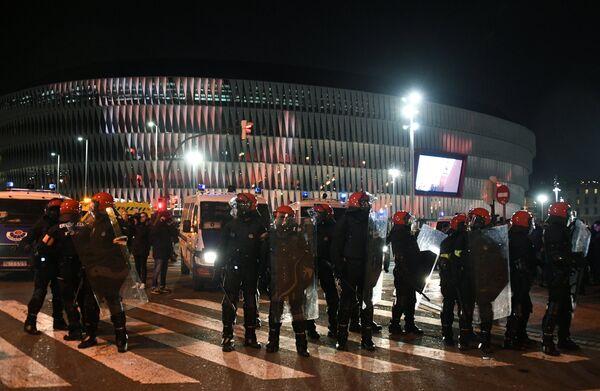 Полицейские у стадиона Сан Мамес перед матчем Атлетик - Спартак