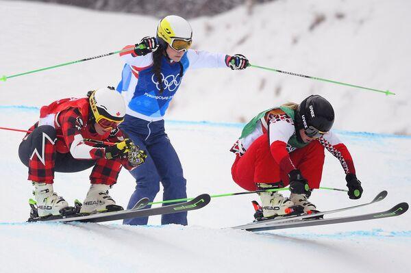 Анастасия Чирцова, Стефани Жоффруа и Келси Серва (справа налево)