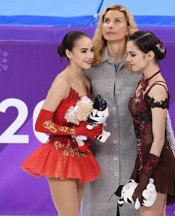 Алина Загитова и Евгения Медведева (справа) и Этери Тутберидзе