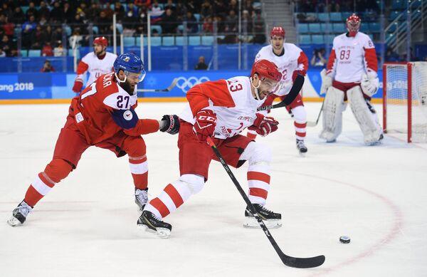 Нападающие сборной Чехии Мартин Ружичка (слева) и сборной России Павел Дацюк
