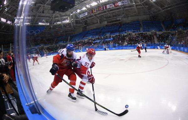 Защитник сборной Чехии Адам Полашек (слева) и нападающий сборной России Никита Гусев