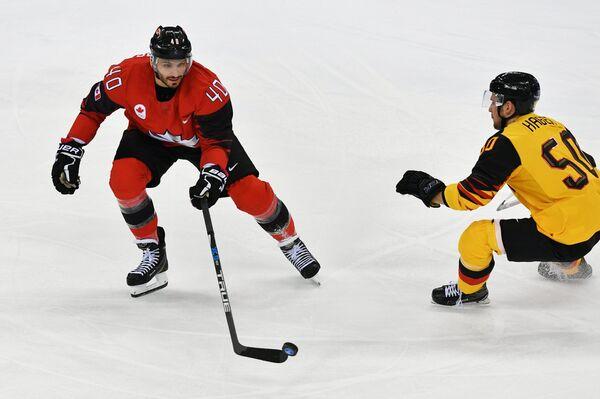 Канадский хоккеист Максим Лапьер (слева) и хоккеист сборной Германии Патрик Хагерах.