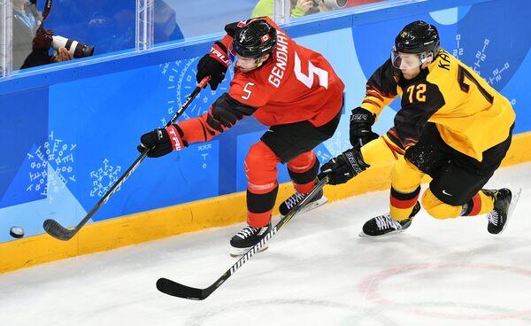Канадский хоккеист Чарльз Геноуэй и хоккеист сборной Германии Доминик Кахун (слева направо)