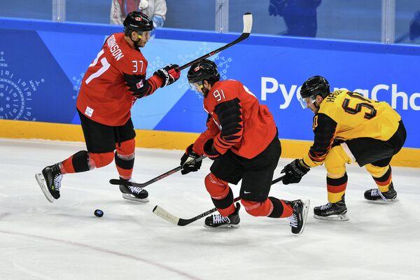 Хоккеисты сборной Канады Мэт Робинсон, Линден Вей и немецкий хоккеист Патрик Хагер (слева направо)