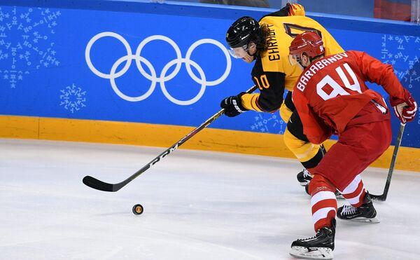 Защитник сборной Германии Кристиан Эрхофф (слева) и нападающий сборной России Алелксандр Барабанов