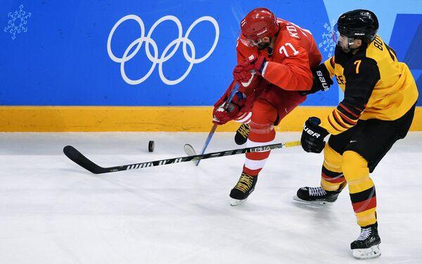 Нападающий сборной России Илья Ковальчук (слева) и нападающий сборной Германии Дэрил Бойл