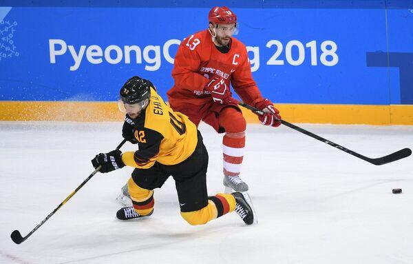 Нападающие сборной Германии Язин Элиц (слева) и сборной России Павел Дацюк