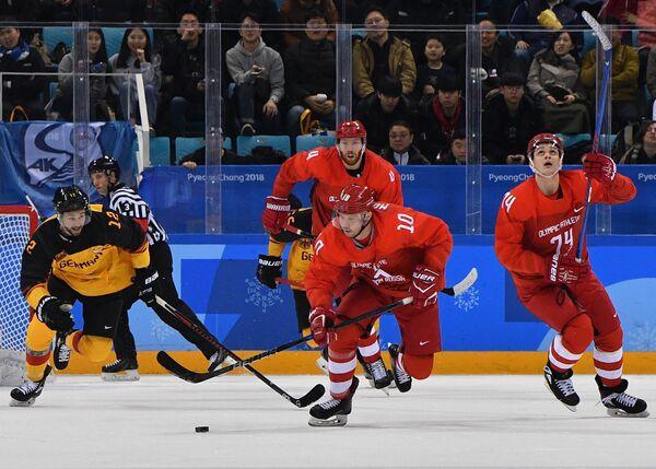 Нападающий сборной России Сергей Мозякин (на первом плане)