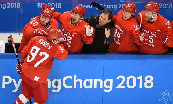 Нападающий сборной России Никита Гусев (слева)
