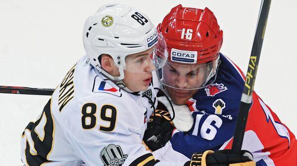 Нападающие Северстали Игорь Гераськин (слева)