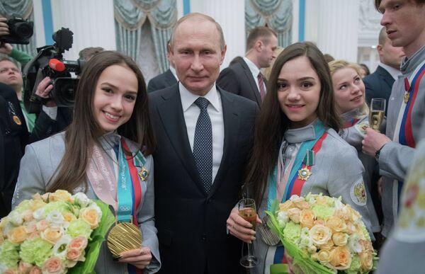 Алина Загитова, Владимир Путин и Евгения Медведева (слева направо)