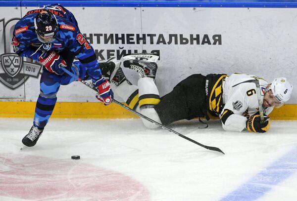 Нападающий СКА Илья Каблуков (слева) и защитник Северстали Валерий Васильев