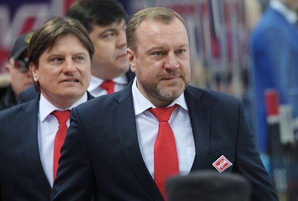 Главный тренер ХК Спартак Вадим Епанчинцев (справа) и тренер Андрей Потайчук