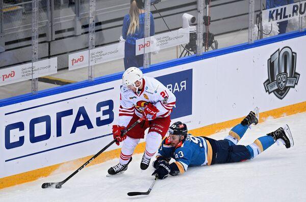 Форвард Йокерита Брайан О'Нилл (слева) и нападающий Сочи Сергей Шмелёв