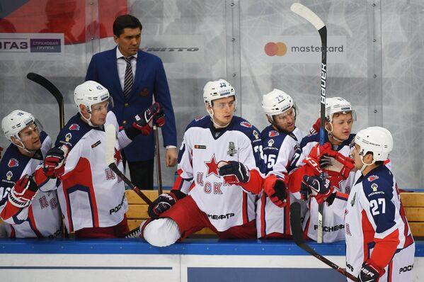 Хоккеисты ЦСКА вместе с главным тренером Игорем Никитиным