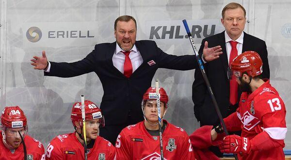 Главный тренер ХК Спартак Вадим Епанчинцев (слева на втором плане)