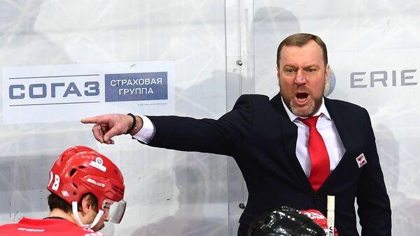 Главный тренер ХК Спартак Вадим Епанчинцев (справа)