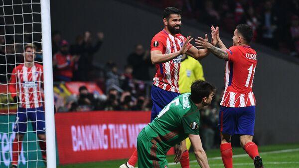 Футболисты  Атлетико Анхель Корреа и Диего Коста (справа налево) радуются забитому голу
