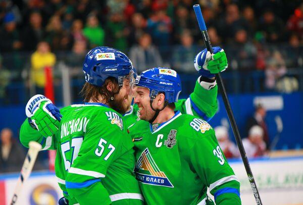 Игроки ХК Салават Юлаев Максим Гончаров (слева) и Илья Зубов