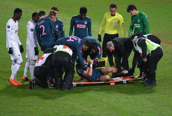 Медики укладывают на носилки защитника ФК Атлетико Филипе Луиса