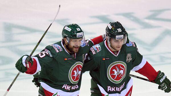 Игроки ХК Ак Барс Александр Свитов (слева) и Ярослав Косов