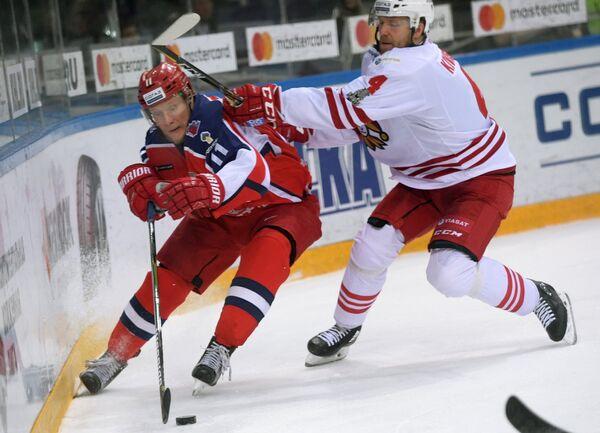 Нападающий ПХК ЦСКА Сергей Андронов (слева) и защитник ХК Йокерит Томми Кивистё
