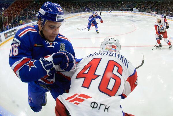 Форвард СКА Сергей Плотников (слева) и защитник Локомотива Илья Любушкин