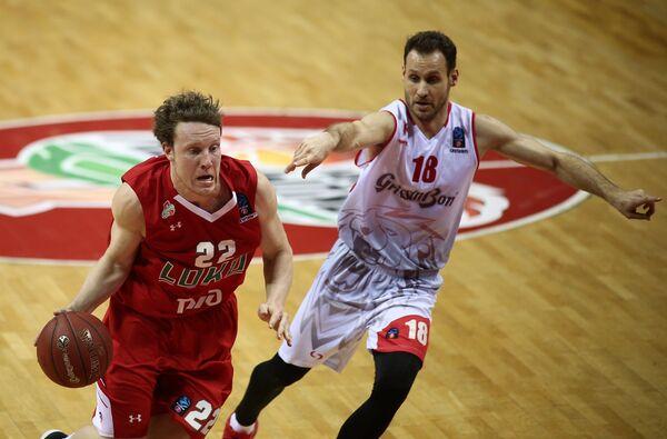 Защитник Локомотив-Кубань Дмитрий Кулагин (слева) и разыгрывающий БК Реджо-Эмилия Педро Льомпарт Усон